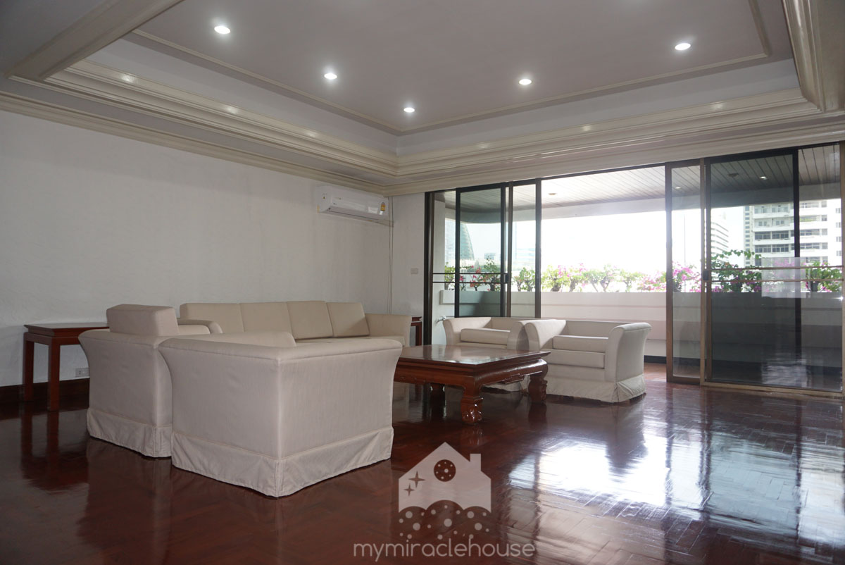 Newly renovated 3 bedroom apartment for rent in Asoke.