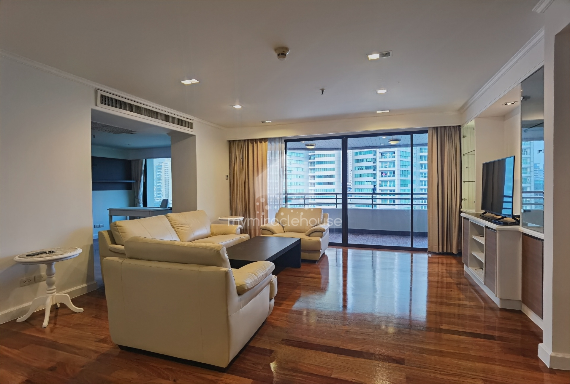 Fully-Furnished 3 Bedrooms With Study Area For Rent In Asoke.