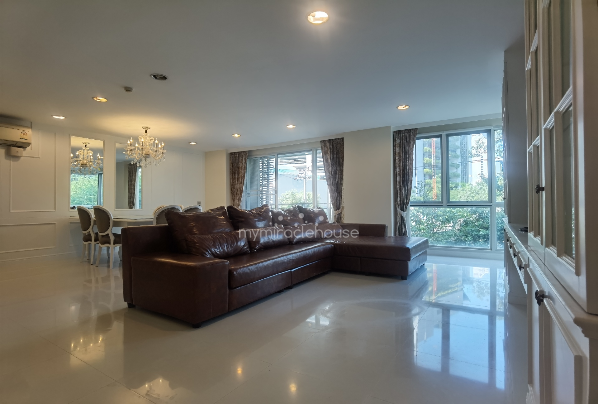 3 bedrooms for rent walking distance to Benjasiri Park and BTS Phrom Phong.