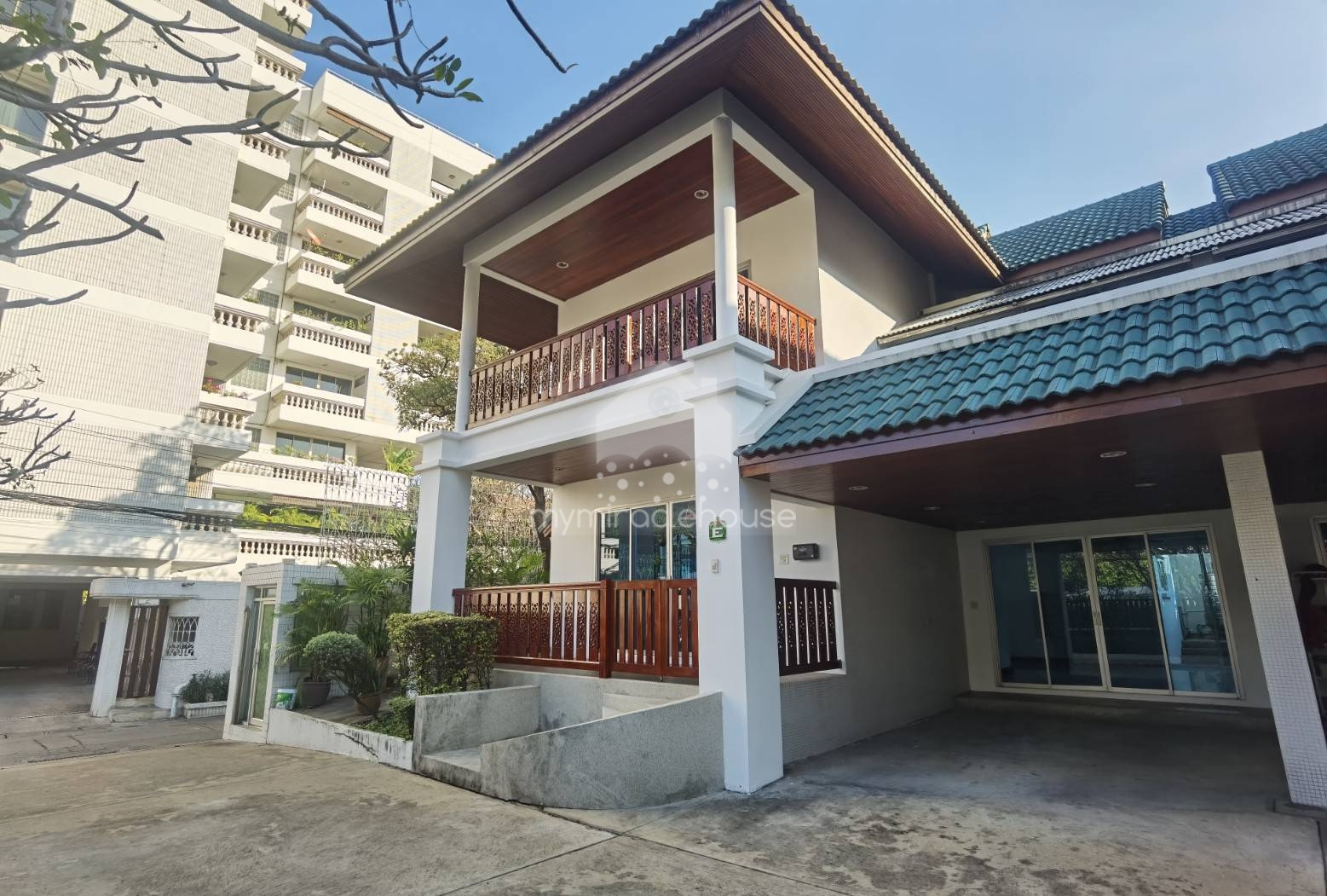 4 bedrooms house for rent in secured compound Phrom Phong.